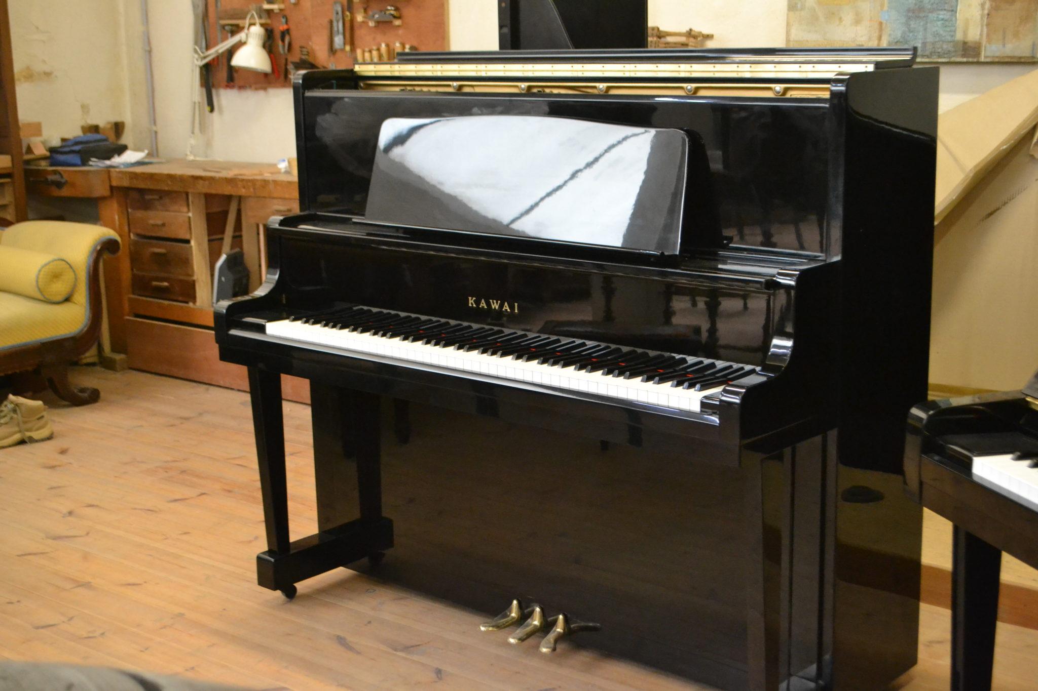 Kawai droit grand modèle 131 cm, noir poli.